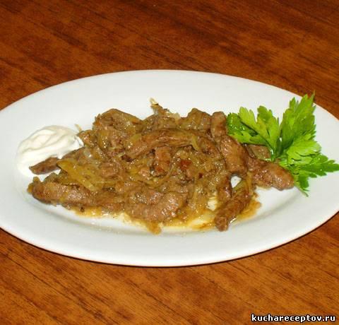 Печень говяжьяы жареная с луком и майонезом