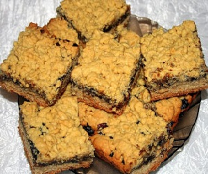 Тертый пирог с вареньем из черной смородины
